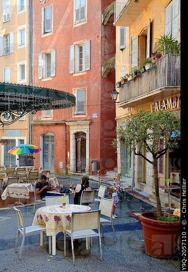 Terraza De Bar En La Plaza De La Ciudad Place Des Artistes Grasse Alpes Maritimos Francia Francia Terrazas Ciudades