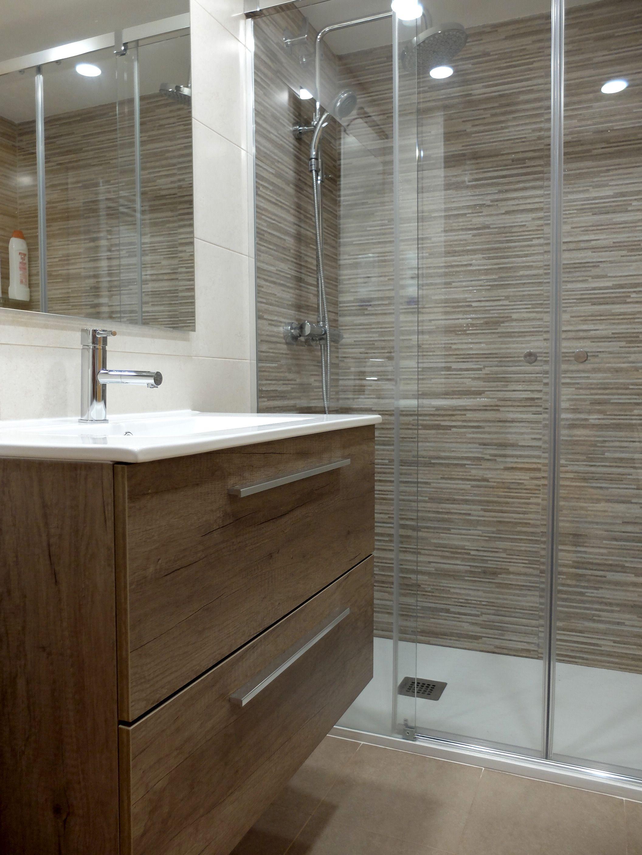 Reforma de ba o con ducha y mueble de lavabo con estratificado imitaci n madera dise os de - Reformar el bano ...
