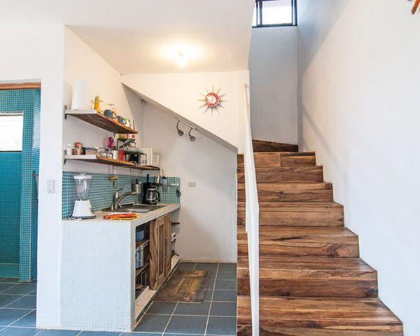 Cozinha modulada em baixo da escada.