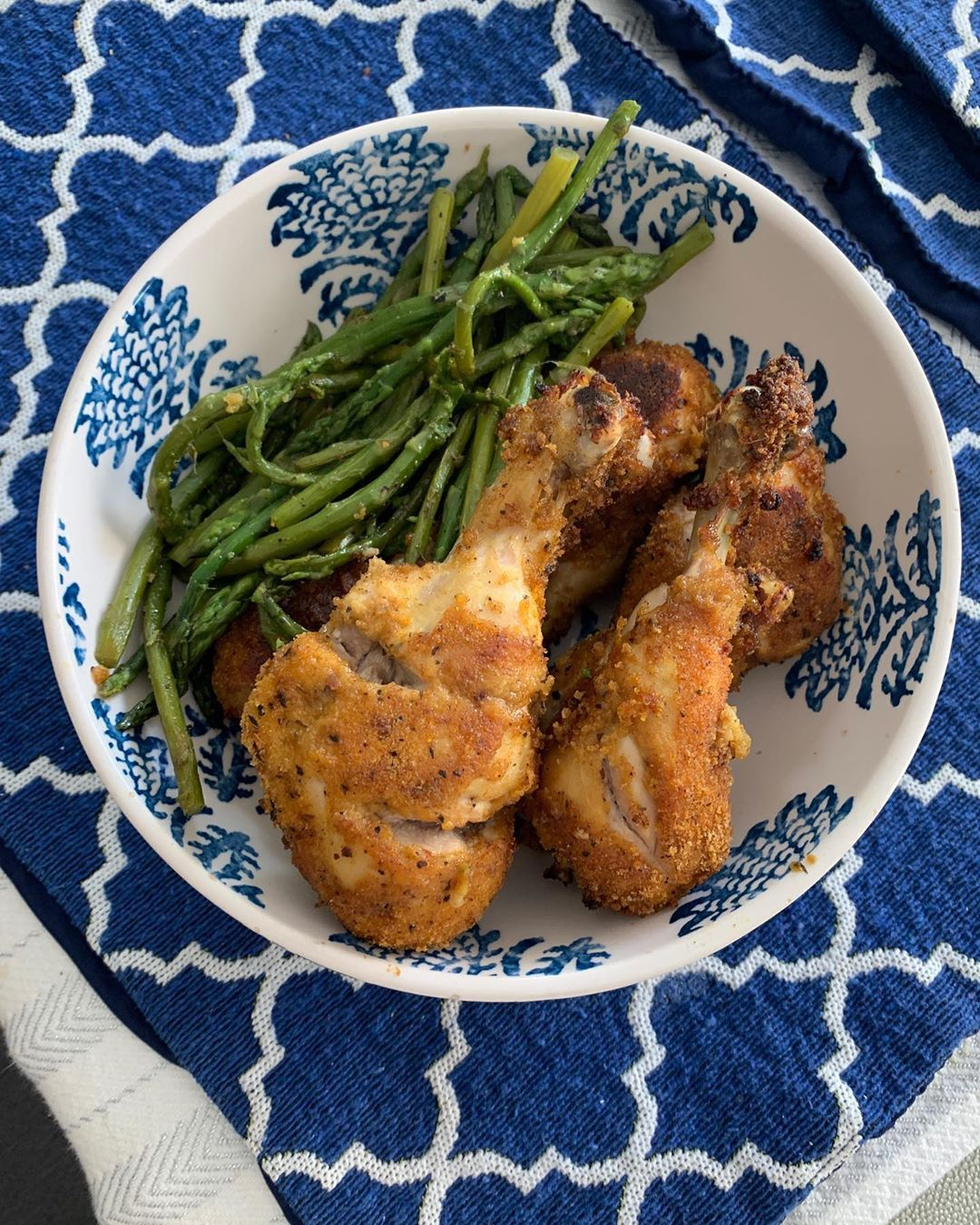 Mama made us some chicken drumsticks and veggies! Perfect simple meal! . . 🍗 . . .