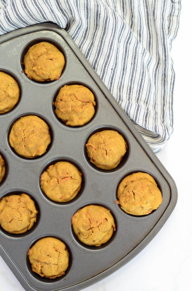 Super Simple Pumpkin Carrot Muffins + Healthy Baby Snack Ideas // healthy baby food recipes // baby-led weaning recipes // baby food recipes 7 months #babyledweaning #healthybabyfood #onthegosnacks
