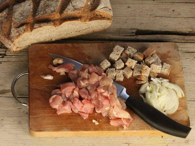 ZUPPA DI PANE NERO CON POLLO E TOPINAMBUR 2/5 - Tagliate la carne di pollo a dadini eliminando gli ossi; pulite la cipolla e affettatela, tagliate il pane a cubetti.