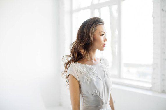 Hochzeitskleid mit Flügelärmeln und gesticktem Mieder mit offenem Rücken
