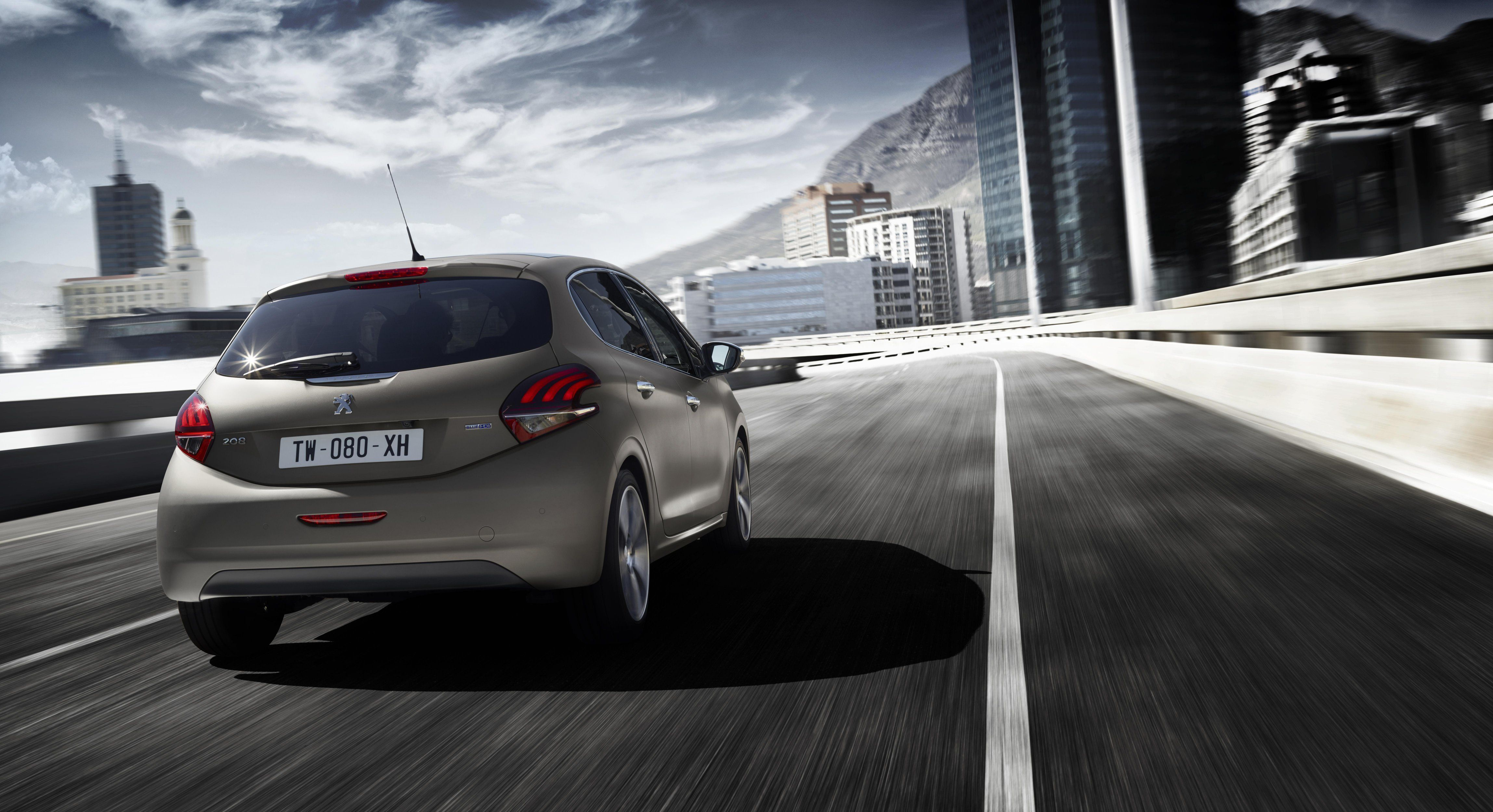 The New PEUGEOT 308 in Ice Grey - In Action