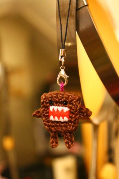 How to make your own domokun dangly... thing, for your cellphone or whatever. Tutorial in Dutch and English.