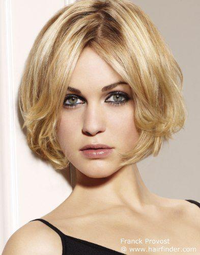 Kurze Blonde Frisur Mit Stufen Mittelscheitel Frisuren Kurz Haarschnitt Kurzhaarfrisuren