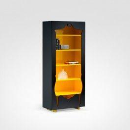 O design retrô da estante produzida em madeira Roncali Decor, deixa a decoração com estilo inovador e multicolorido. A estante possui uma gaveta para guardar objetos e deixar o espaço ainda mais organizado.