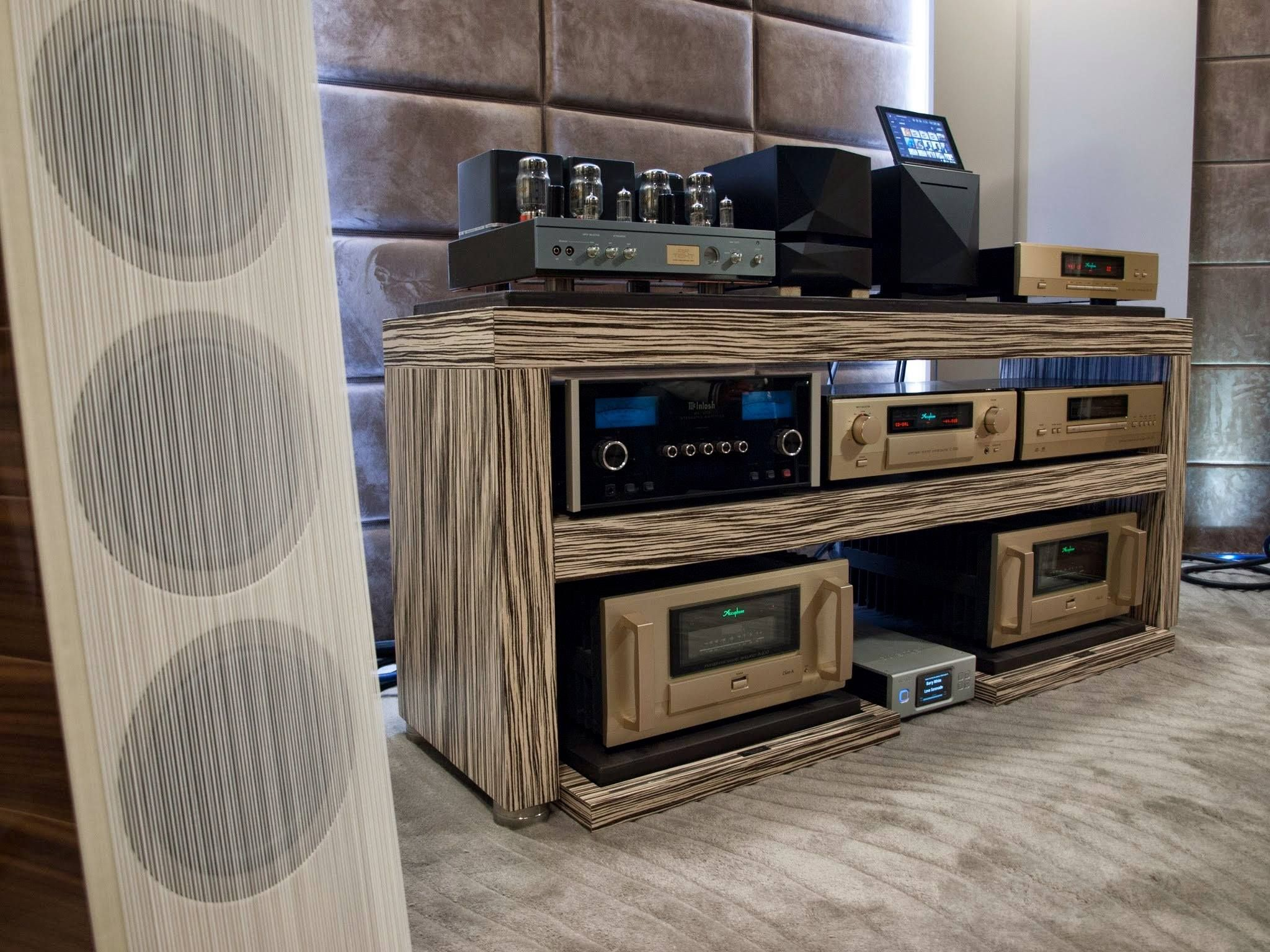 Awesome BASSOCONTINUO audio rack with ACCUPHASE McINTOSH LABS and