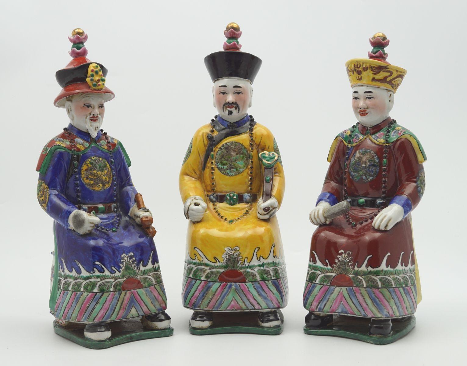 Drie polychroom gedecoreerde porseleinen sculpturen van de laatste Chinese keizers