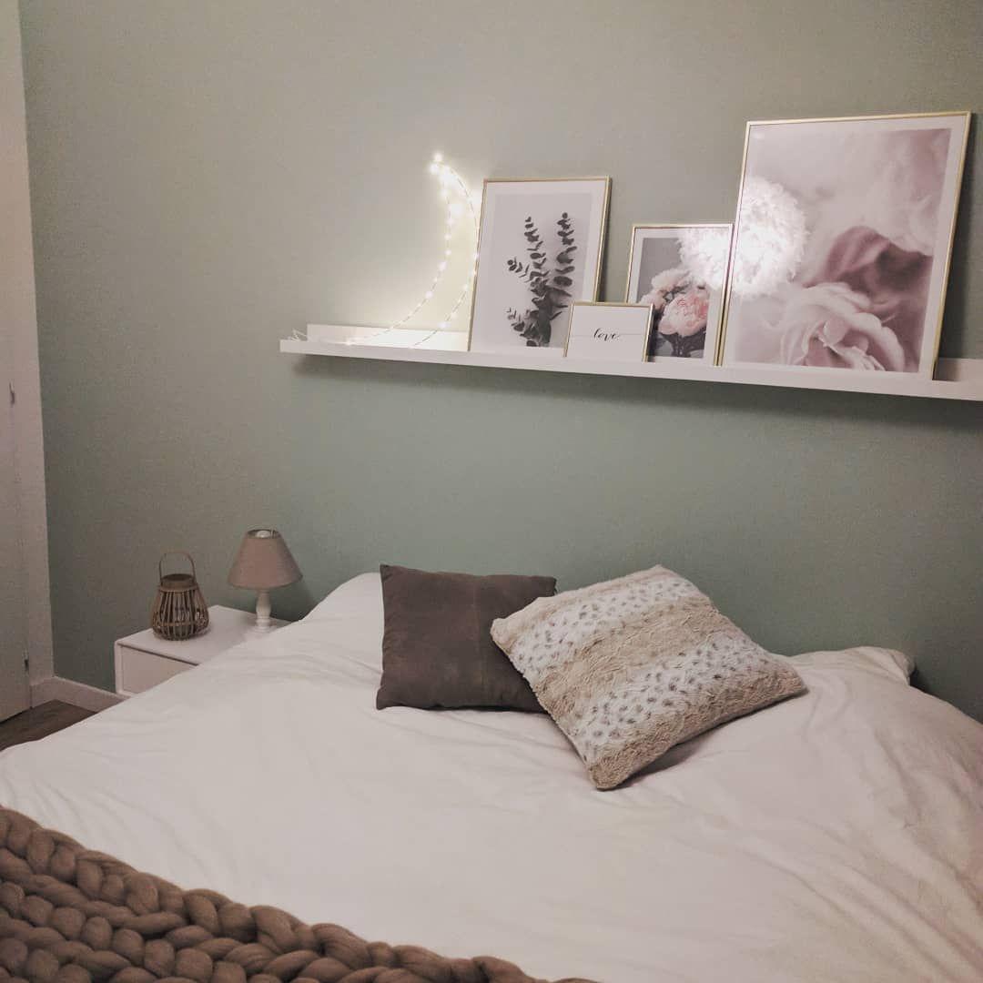 Dessus de lit cadres Desenio, étagère murale Ikea et lune lumineuse ...