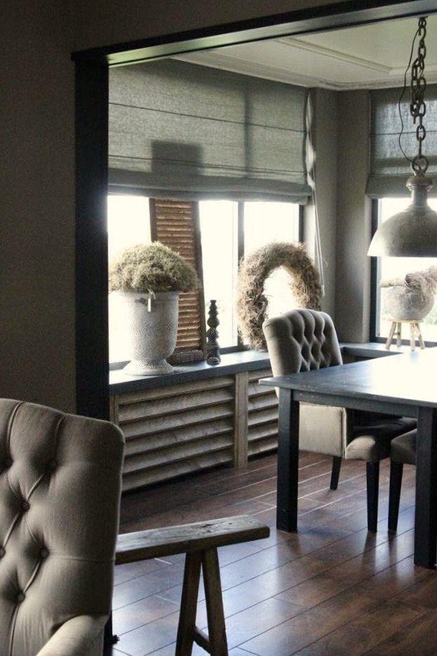 Het oogt wel wat donker in huis maar landelijke sobere for Decoratie vensterbank woonkamer