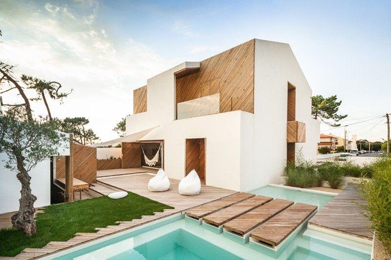 Casa: linhas retas + branco + madeira