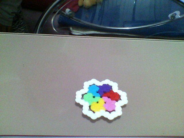 Esta figura de hama beads es una flor multicolor (rojo,rosado,amarillo.vrede,tuurquesa y morado) Hecho por mi
