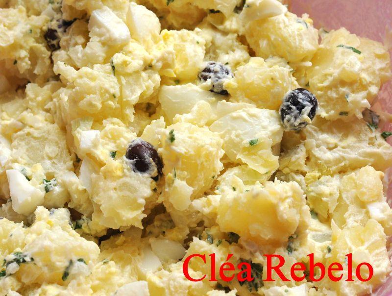 Postado por  Cléa Rebelo       Salada de Batata:   1kg de batatas  4 ovos cozidos  azeitonas pretas   1 colher sopa de salsa picadinha  4...