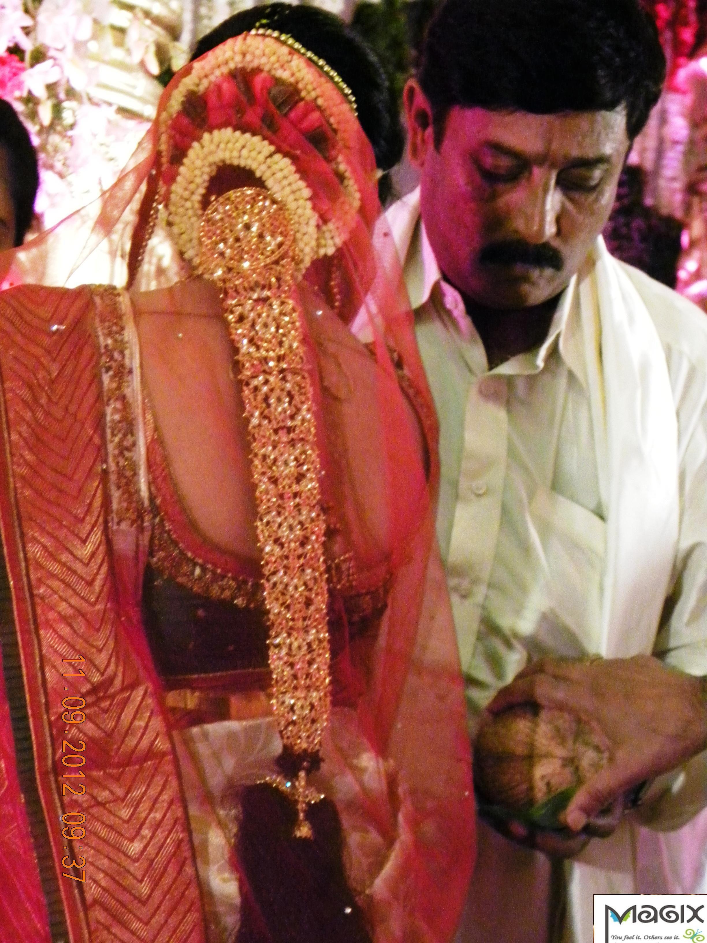 southindian bride wearing gold jade, muhurtham bridal