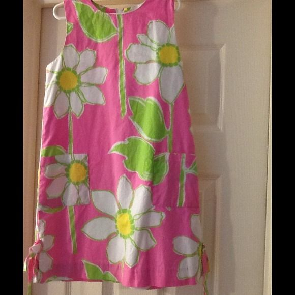 It doesn't fit my daughter anymore Girls Little Lilly shift dress: This classic Lilly Pulitzer dress is a size 7 and is gently worn. ! Has patch pockets on front, hem bows and vents, & is 100% cotton. Perfect for family pictures or an Easter Day party Lilly Pulitzer Dresses