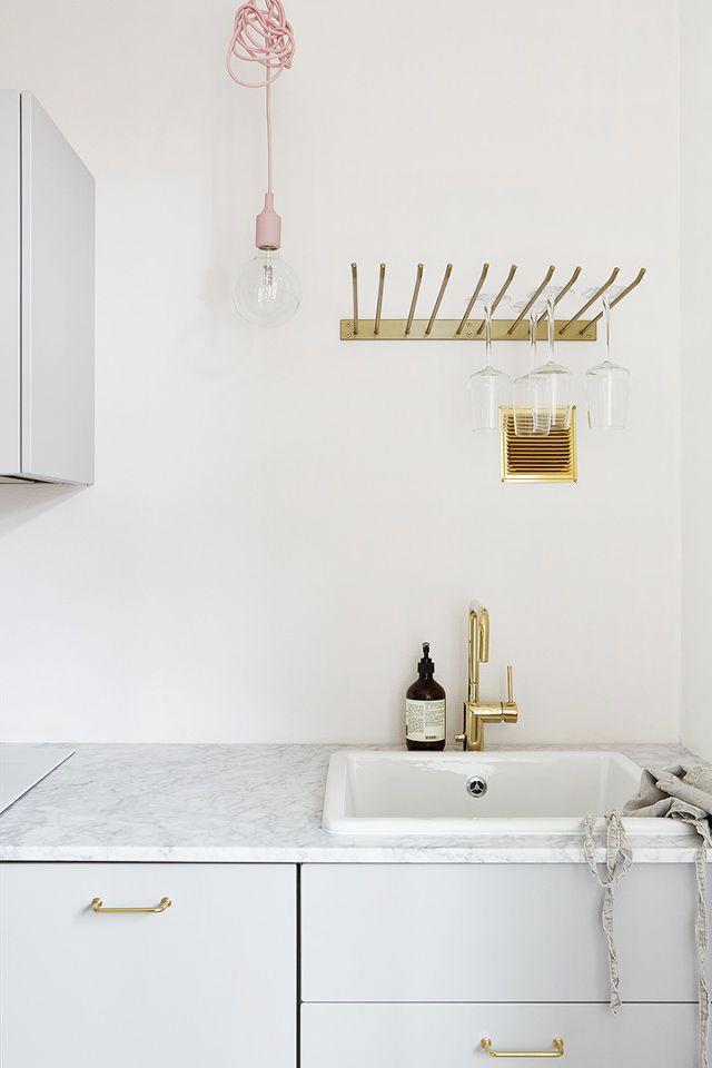 hanging pink light in white modern kitchen. / sfgirlbybay | cocina ...