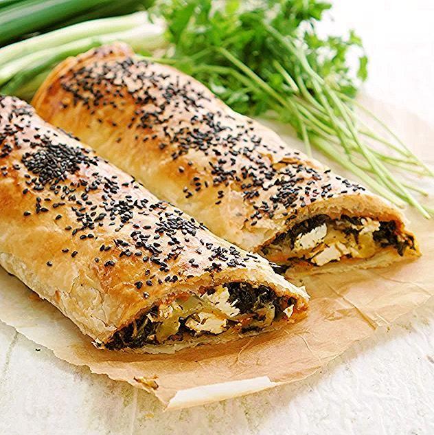 Börek mit Spinat und Pesto Fitness Rezept von BODY KITCHEN -  Eines unserer Lieblingsgerichte zum Mi...