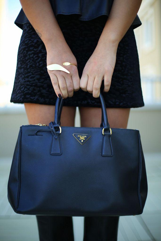 d2399a3e793f pinterest: @emilybrodiee Prada Saffiano, Handbags Michael Kors, Prada  Handbags, Coach Handbags