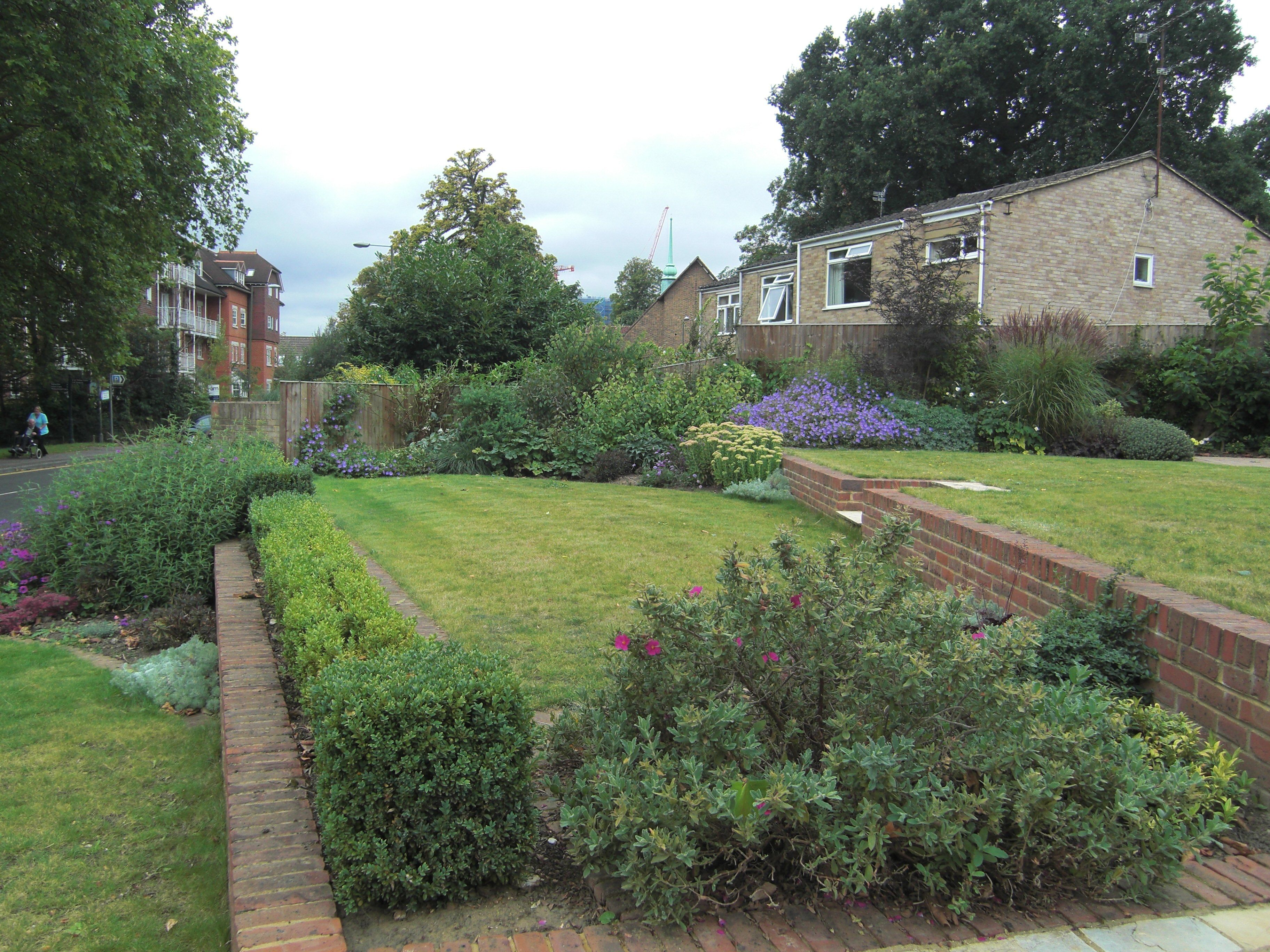 A Large Steeply Sloping Front Garden In Woking Surrey Reclaimed And Terraced With Brick Retaining Walls And Garden Design Cottage Garden Design Sloped Garden