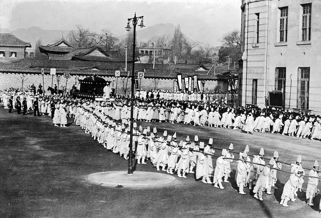 고종황제(高宗皇帝) 장례식(葬禮式) Emperor Gojong Funeral Seoul, Korea, 1919  photographer Albert Wilder Taylor (1875-1948)  대한문 앞에서 출발하는 대여 행렬