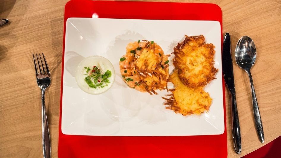 Avocado-Lachs-Tatar mit Kartoffelrösti und Gurken-Wasabi-Shooter (Küchenschlacht)