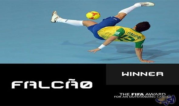 فالكاو لاعب كرة الصالات يحصد جائزة أفضل…: توج البرازيلي فالكاو لاعب كرة الصالات، بجائزة أفضل مسيرة للاعب، ويستلمها من طرف النجم الأوكراني…