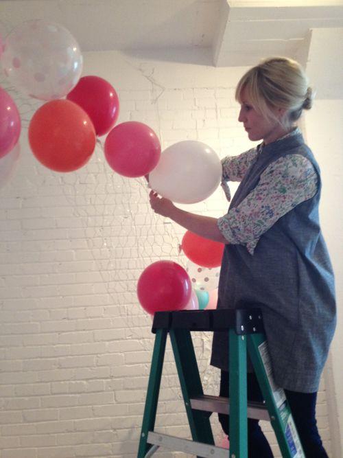 Tend u00eancia na decoraç u00e3o de festas Aprenda a fazer um arco de balões desconstruído passo a passo  -> Decoração Com Balões Como Fazer Passo A Passo
