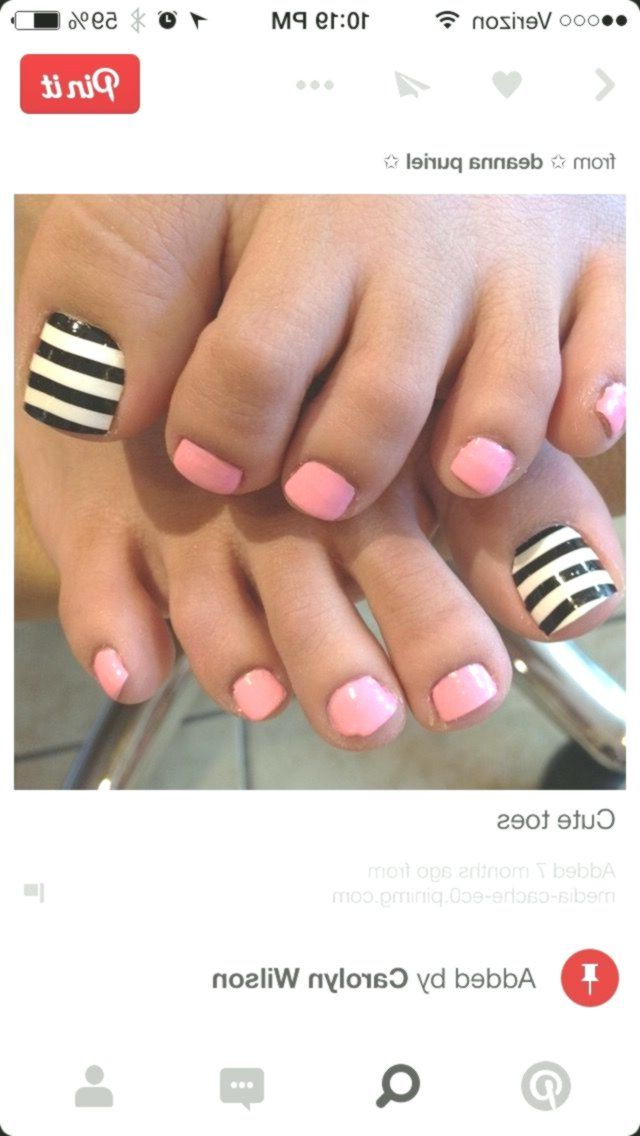 White background on the big toes and when it is dry you make the black lines Neither