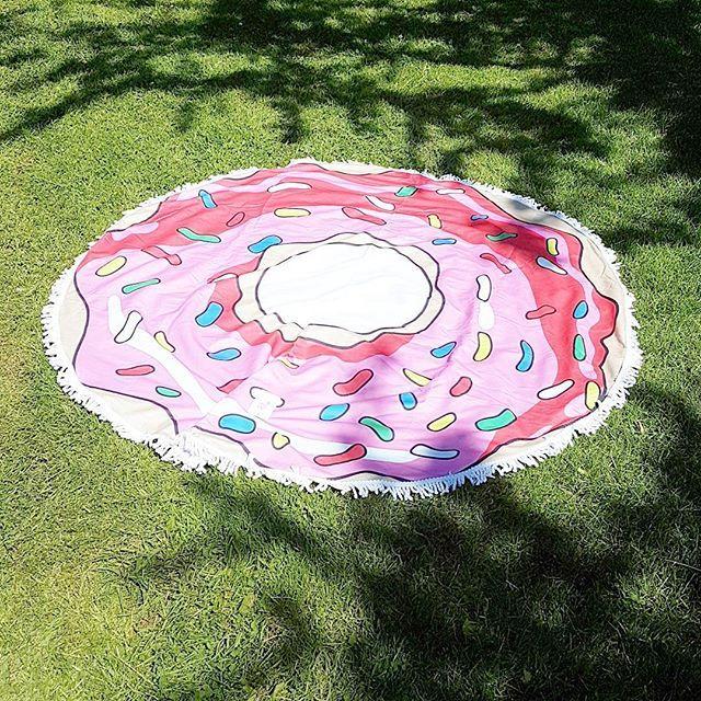Raise your hand als je op dit moment graag hier wilt liggen!🙌😁☀ (en deze leuke donut handdoek shop je natuurlijk bij live life happy!) #donuts #donut #watermeloen #flamingo #ananas #handdoek #roundie #roundietowel #beachtowel #strand #zwembad #zomer #zomer2017 #zomervakantie #vakantie