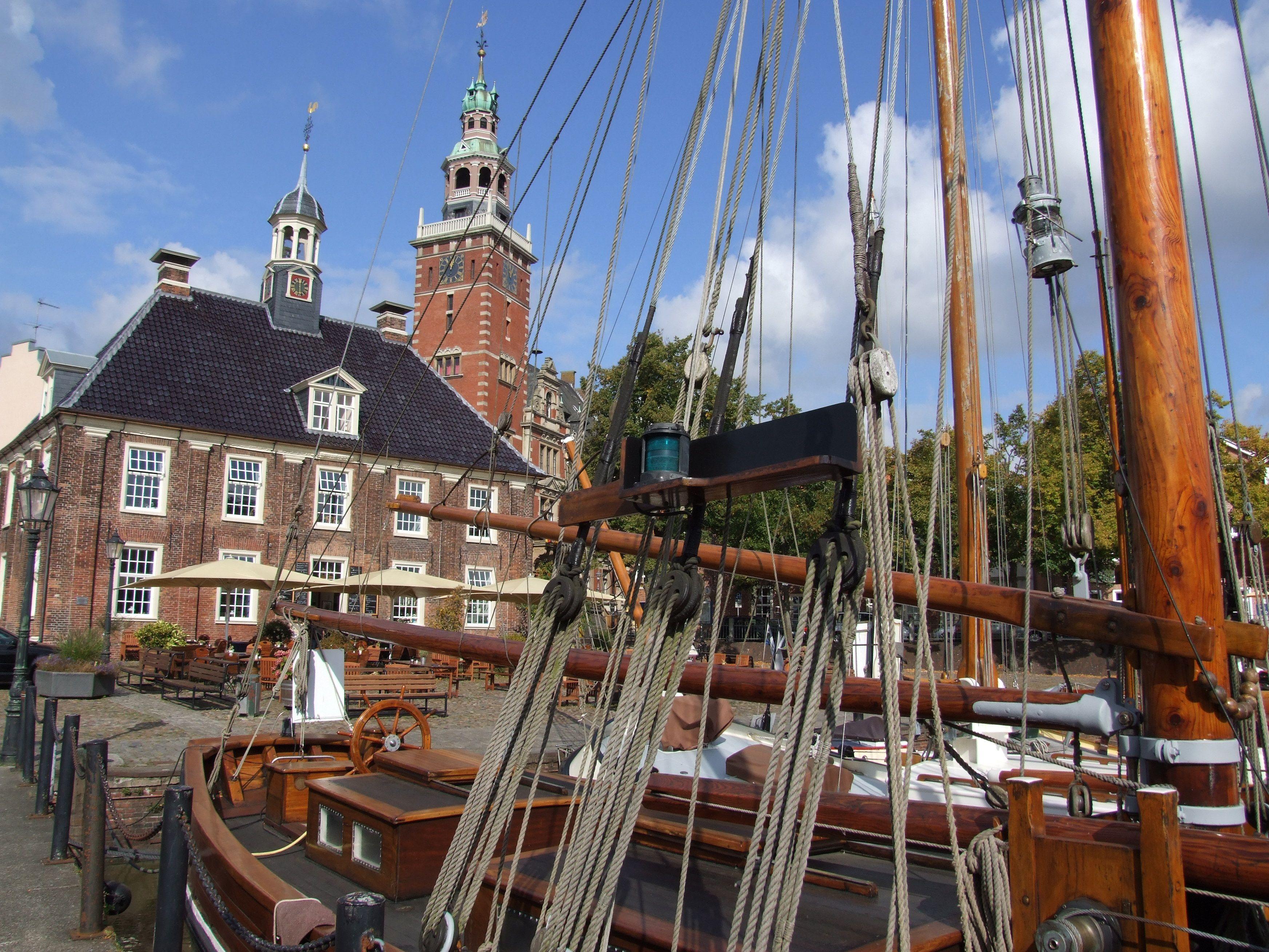 Im Museumshafen von Leer mit Blick auf die Waage und das Rathaus.