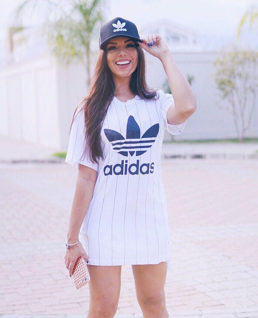 2916c1a0d Look vestido Adidas com boné tumblr