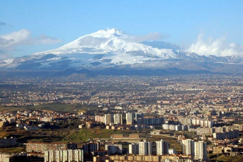 Этна представляет собой самый высокий действующий вулкан Европы, увенчанный снежной шапкой. Он располагается в Италии, на острове Сицилия. Вулкан имеет высоту 3340 м, а диаметр кратера составляет около 400 м. Кроме того, на его склонах имеется около девяти сотен конусов меньшего размера.