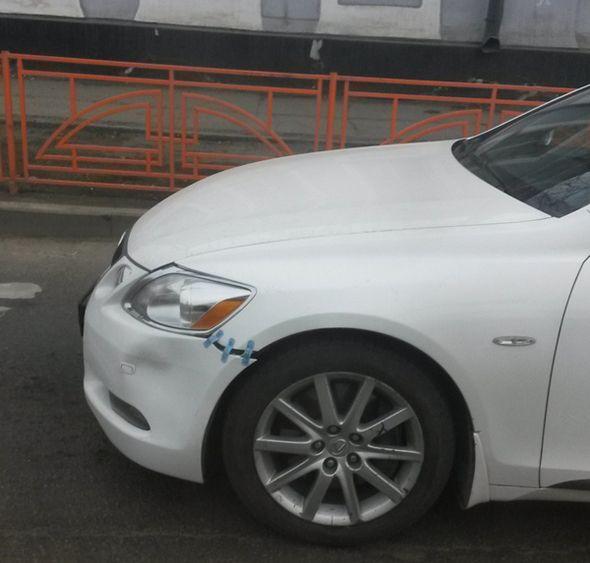 Reparación de un coche con cinta adhesiva