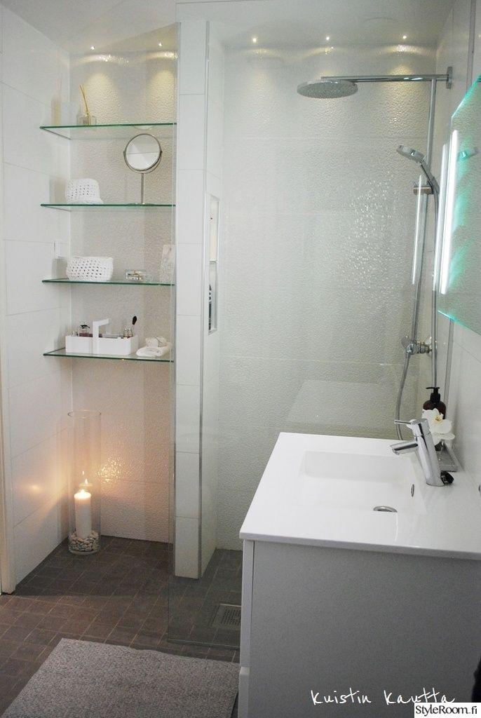 SanMa:n kylpyhuone on tyylikkään valkoinen. #kylpyhuone #kodinsisustus #wc