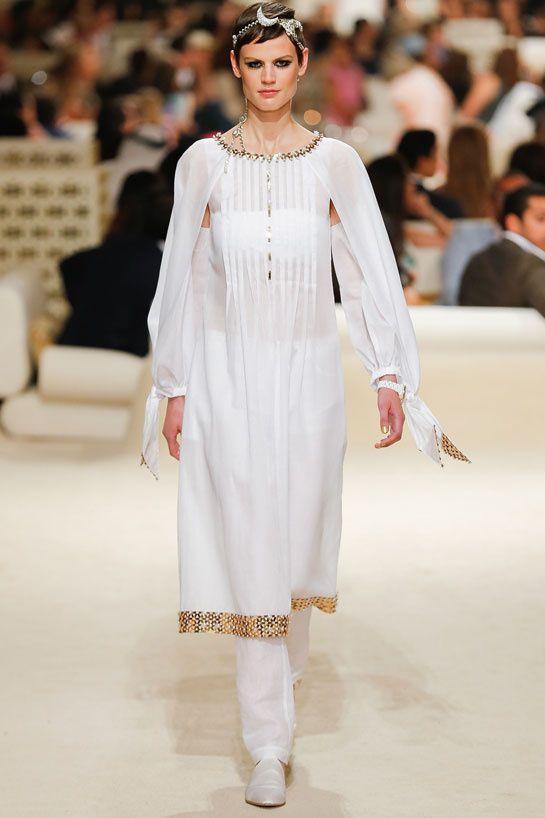 Le défilé Chanel croisière 2015 http://www.vogue.fr/mariage/inspirations/diaporama/croisiere-en-blanc-1/19489/image/1030881#!le-defile-chanel-croisiere-2015