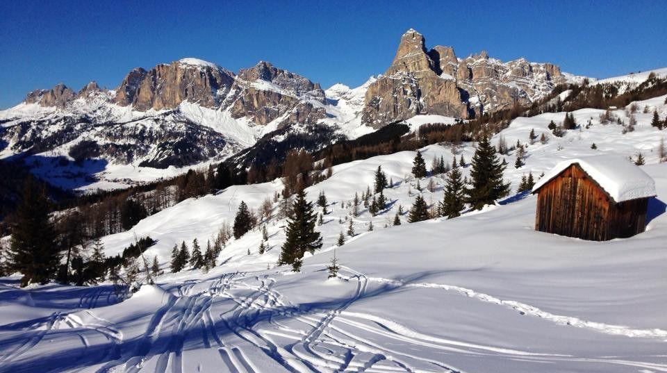 Stahlblau stellt sich der Himmel über die Granitwände der Sellagruppe und bildet einen harten Kontrast zu den schneebedeckten Hängen von Alta Badia. 130 Kilometer bestens präparierter Pisten warten auf den Ski-Enthusiasten. Und zählt man die 12 verbundenen Gebiete des Skizirkus Dolomiti Superski dazu, sind es sogar 1200 Kilometer. Normalerweise bin ich ungern zwei oder dreimal […]