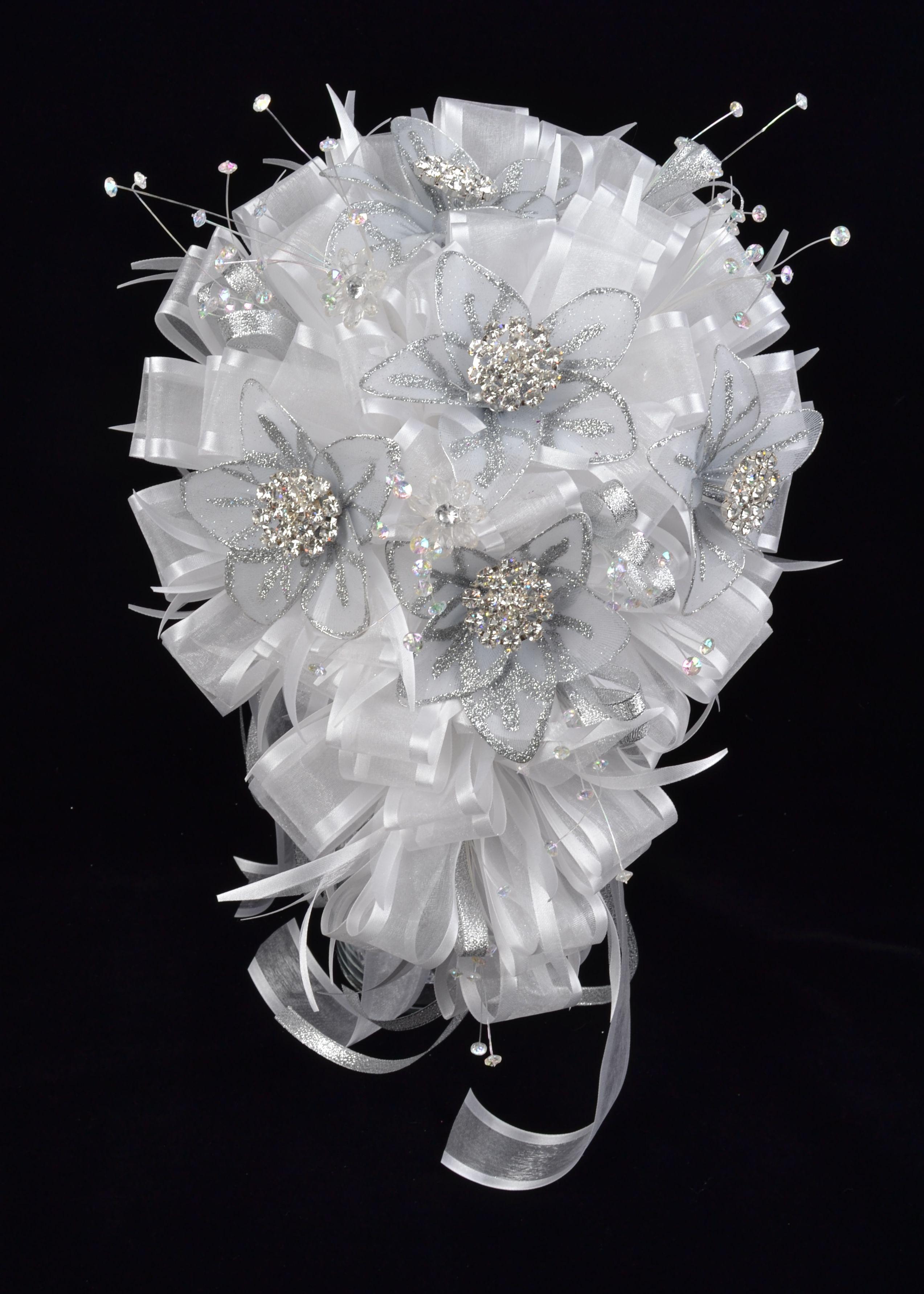 Lovely white quinceanera flower bouquet ideal for your quincedress lovely white quinceanera flower bouquet ideal for your quincedress misquince izmirmasajfo