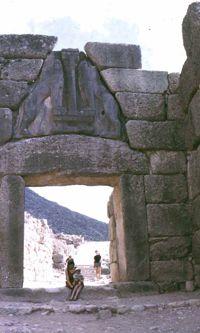Tenségrité lourde, ou surgravité : ici, mur cyclopéen à Mycènes, Grèce.