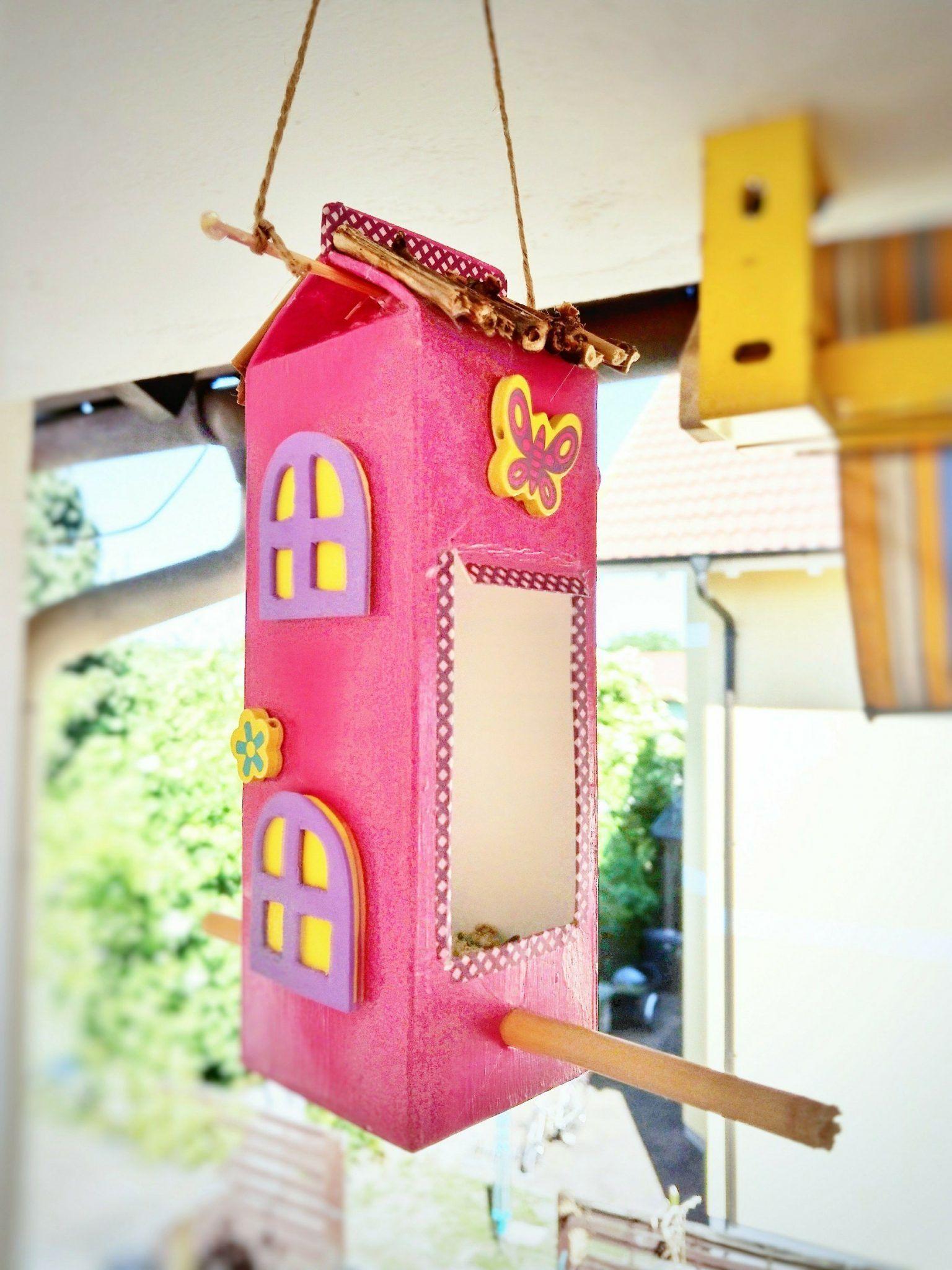 vogelhaus aus milcht ten basteln mit kindern ein futterhaus selbermachen bastelideen. Black Bedroom Furniture Sets. Home Design Ideas