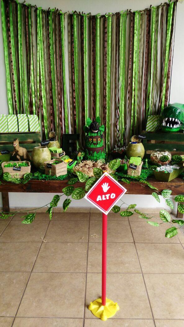 Candy bar dinosaurios dino party en 2019 fuesta de - Jardines decorados para fiestas ...