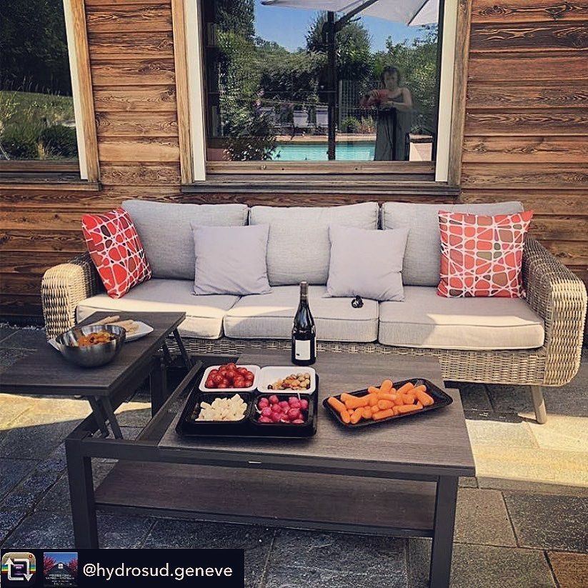 Voici Une Bien Belle Mise En Situation Chez Hydrosud Geneve Il N Y A Plus Qu A S Installer Et A Inviter Quelques In 2020 Outdoor Sectional Sectional Sofa Home Decor
