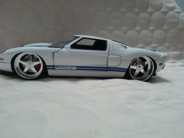 Jada Toys 90075 2005 Ford Gt 1 24 Diecast White With Blue Stripes Ford Gt Jada Toys Diecast