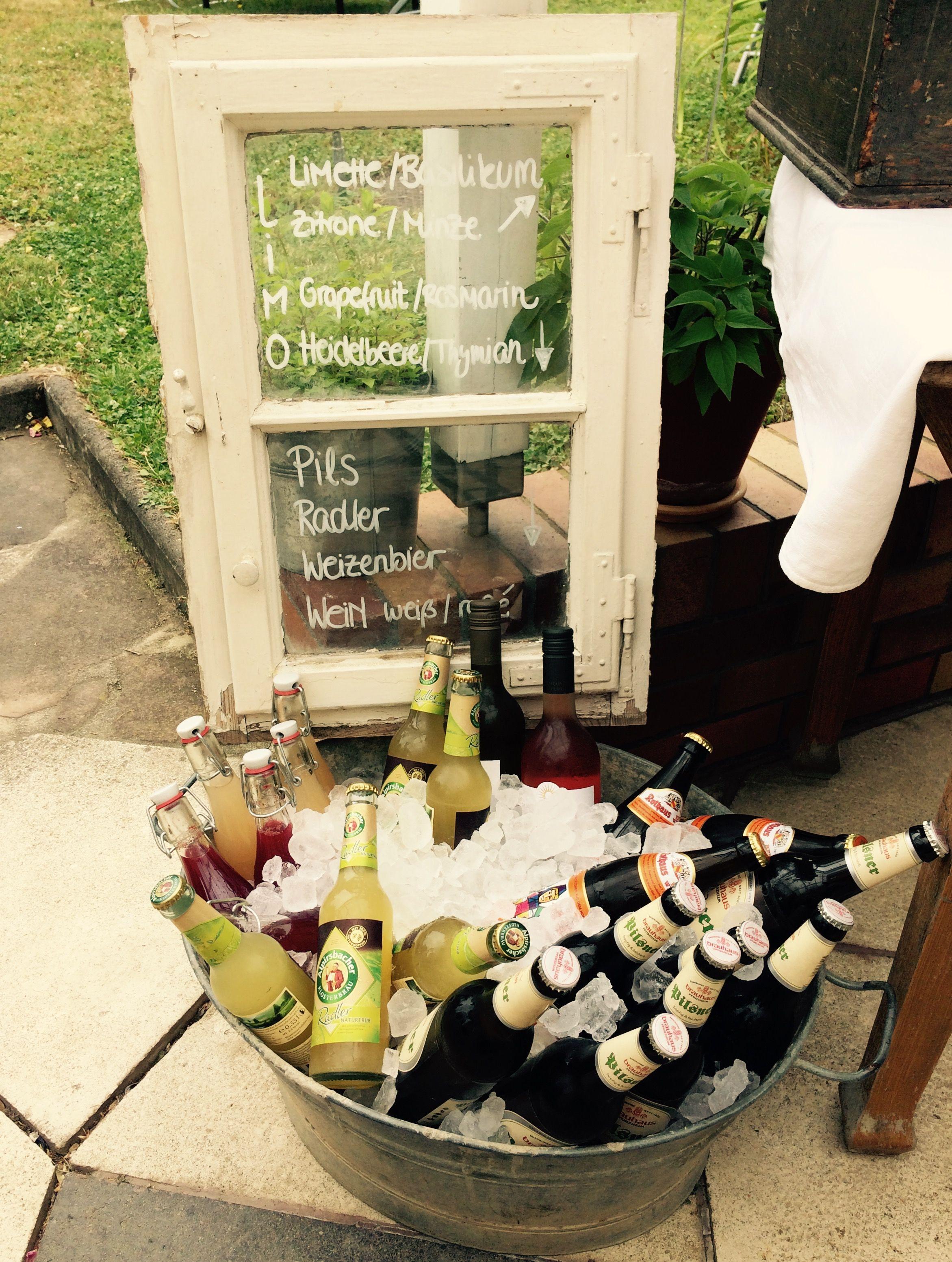 Getränke kühlen bei einer Gartenparty. Hausgemachte Limonade ...