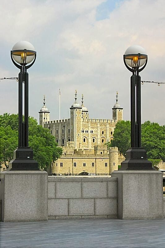 The Tower of London, built by William the Conqueror after the Norman Conquest. Survived the next 900 years as palace, prison, royal mint + execution yard. The White Tower is the oldest part of the site, begun by William + completed by Henry III.