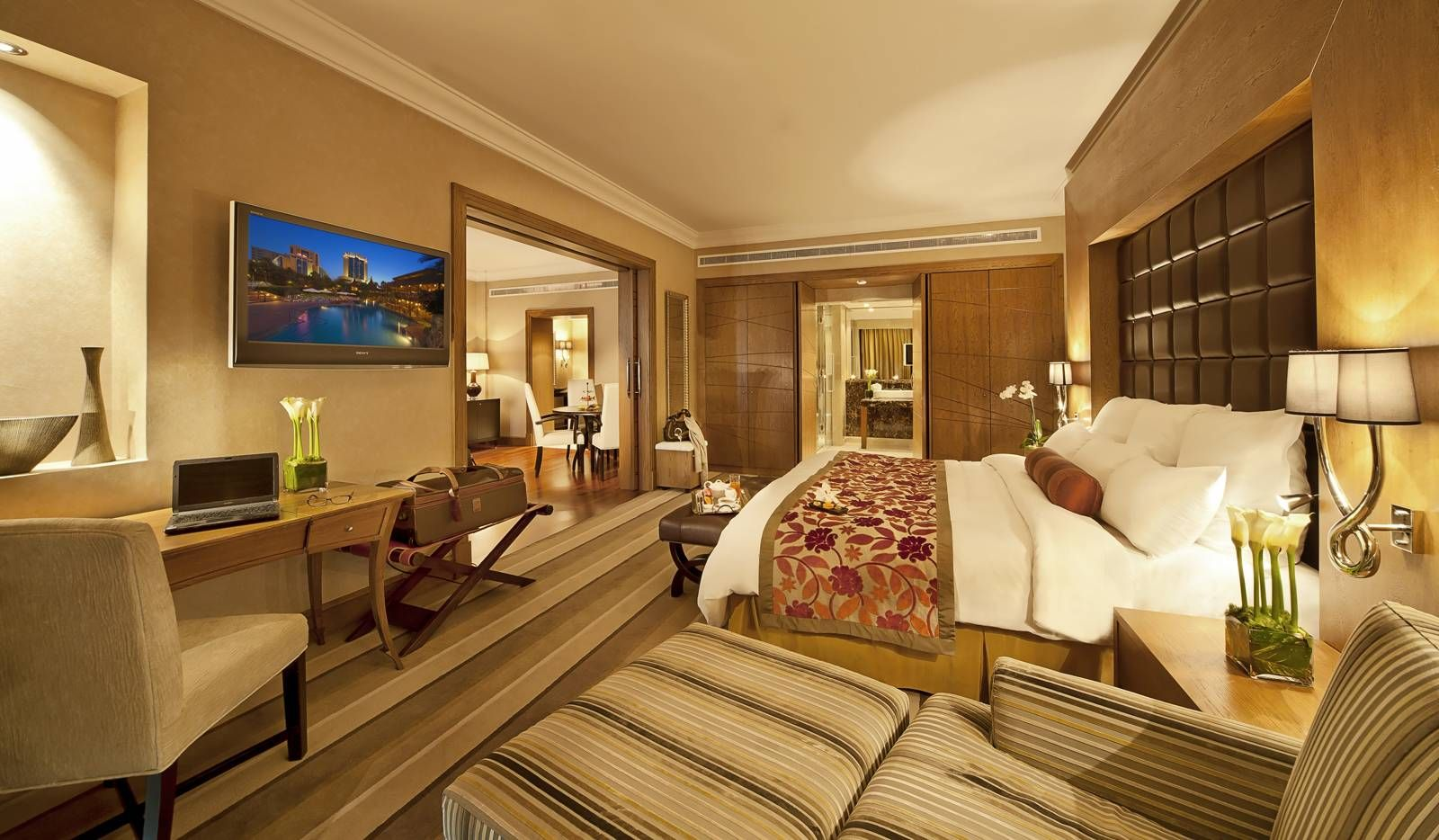 Luxury master bedroom suites luxury accomodation in for Luxury hotel bedroom interior design