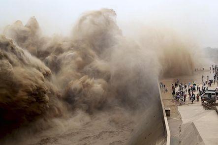Esperando la ola   Especial. Cada verano, las autoridades limpian el lodo acumulado en la presa de Xiaolangdi, provincia de Henan, para evitar el riesgo de inundaciones. Mucha gente también hace de ello una atracción turística.