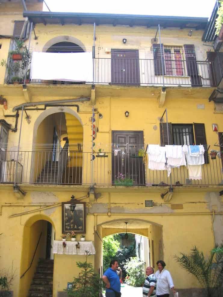 Naviglio casa di ringhiera milano italia case for Stili di arredamento interni