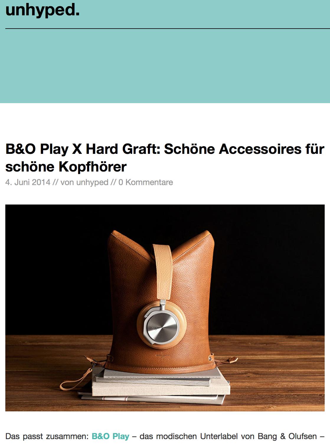 Das passt zusammen: B&O Play – das modischen Unterlabel von Bang & Olufsen – kooperiert jetzt mit Hard Graft. Letztere sind für ihre edlen, ledernen Accessoires bekannt (z. B. wurden sie hier und hier schonmal mit ihrem iPad-Sleeve vorgestellt). Die Kollektion umfasst drei Teile, jeweils aus bestem Leder gefertigt und mit schönen Details verfeinert.