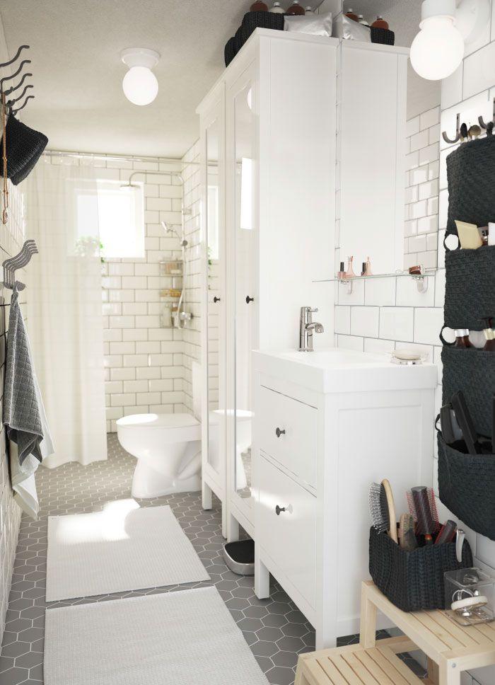 Mellomstort, hvitt bad med to høyskap med speildører og et servantskap med to skuffer.